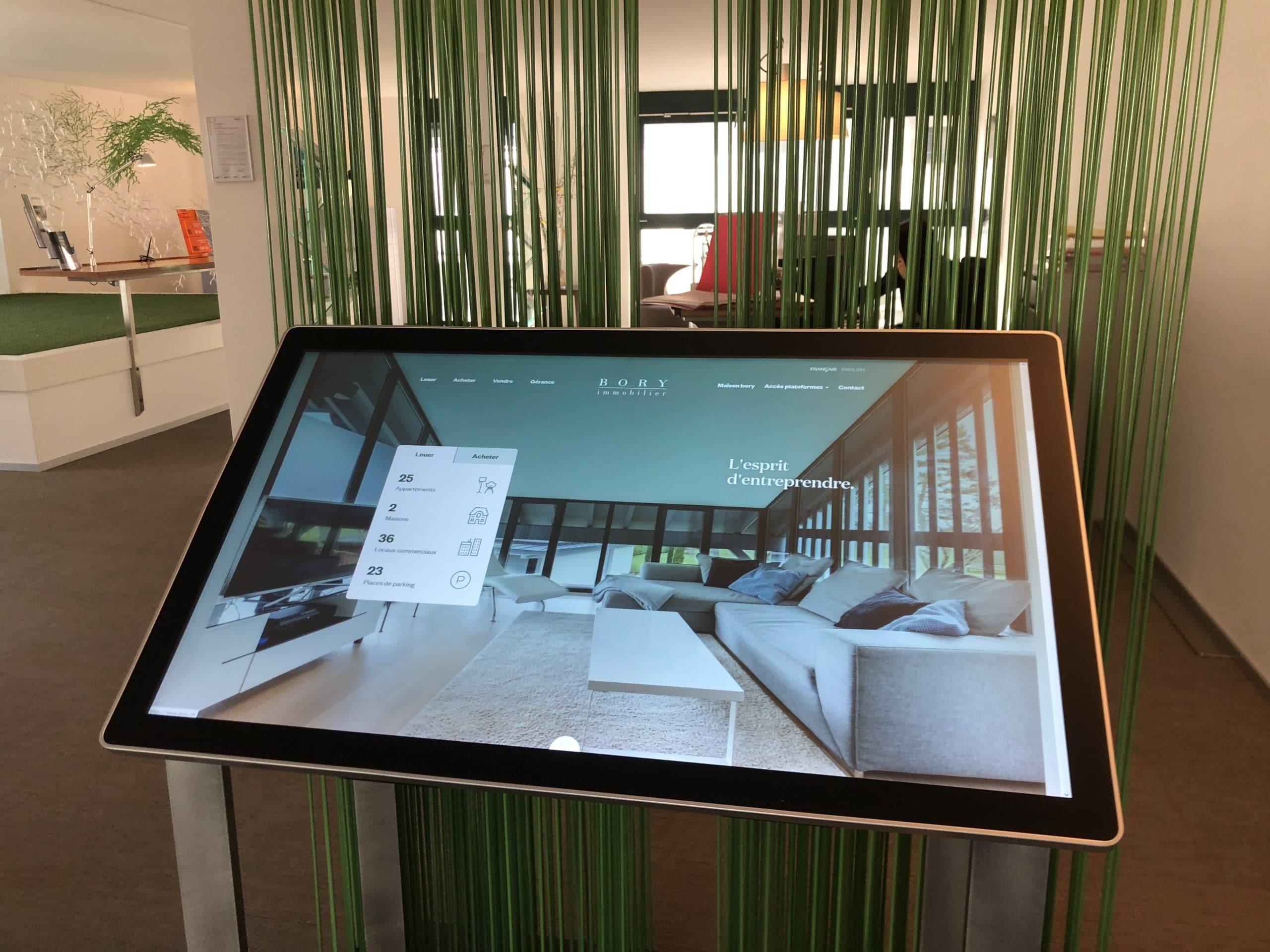 Bory Immobilier – Installation de borne tactile reliée au site internet